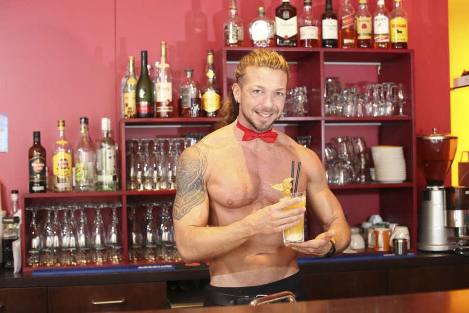 """Der Italiener Damian ist der Chef der Stripper-Truppe. Doch so gut wie er sollen auch die Barkeeper und Kellner in der """"Tabu""""-Bar aussehen."""