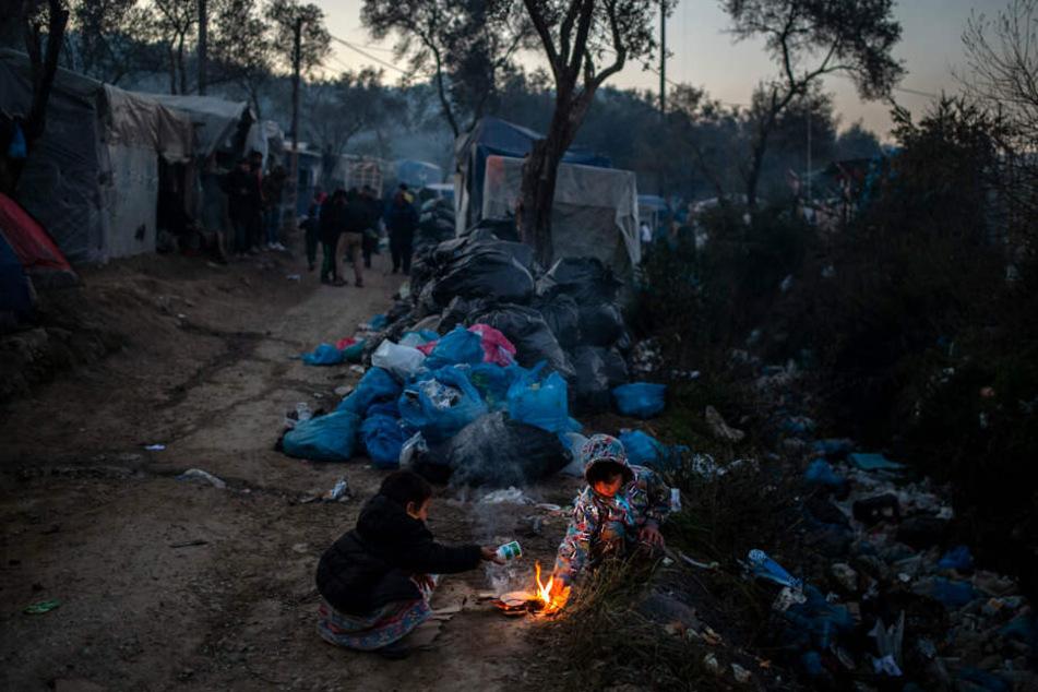 Kinder versuchen, in einem provisorischen Lager neben dem Lager in Moria ein kleines Feuer zu entfachen. Die Lager auf den Inseln Lesbos, Samos, Chios, Kos und Leros sind völlig überfüllt, und die Atmosphäre ist entsprechend verzweifelt und aufgeheizt.