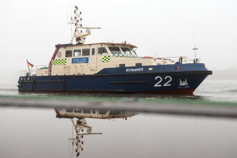 Ein Boot der Wasserschutzpolizei fährt an einem Anleger vorbei.
