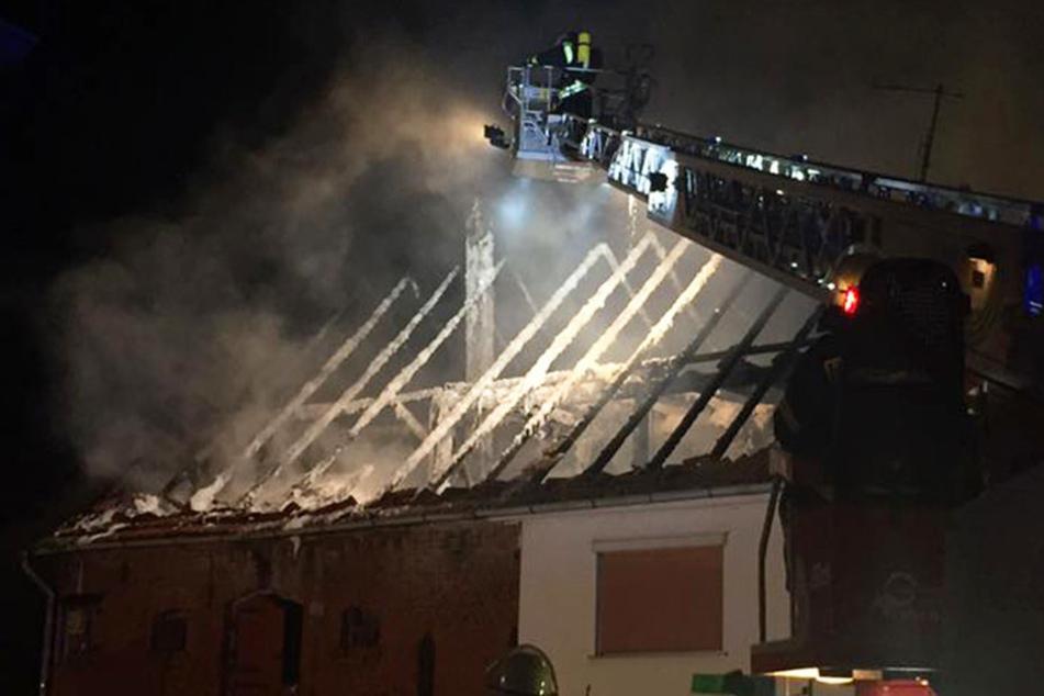 In einem Bauernhof-Wohnhaus brach im Dachstuhl ein Brand aus, am Ende fackelte das gesamte Haus ab.