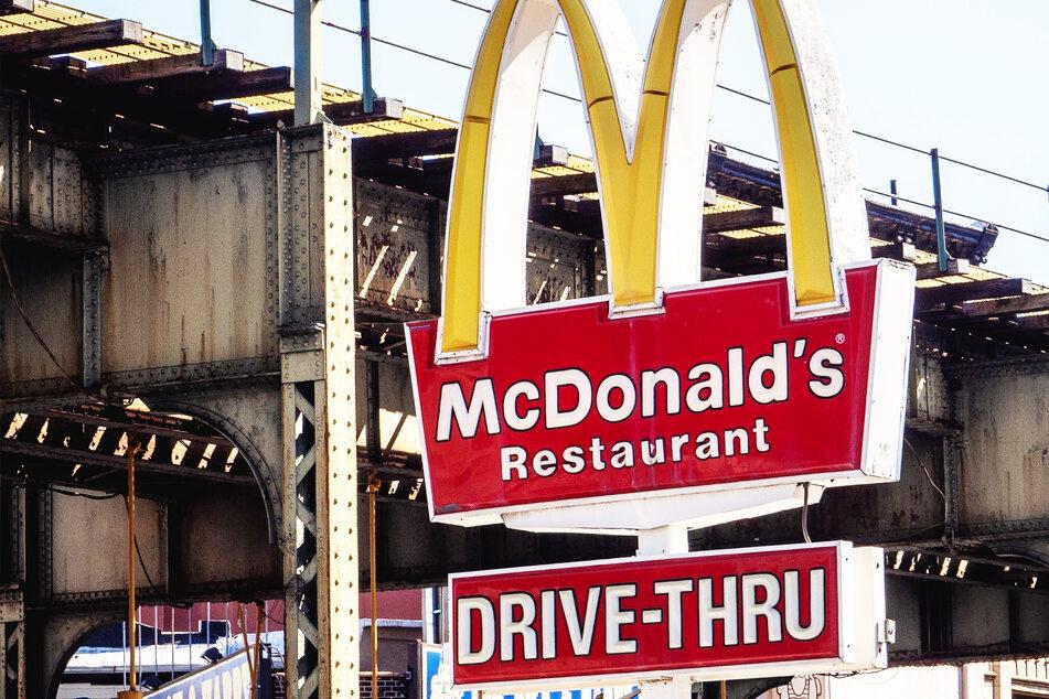 Ein McDonald's-Schild am Straßenrand weist auf das Restaurant hin. (Symbolbild)