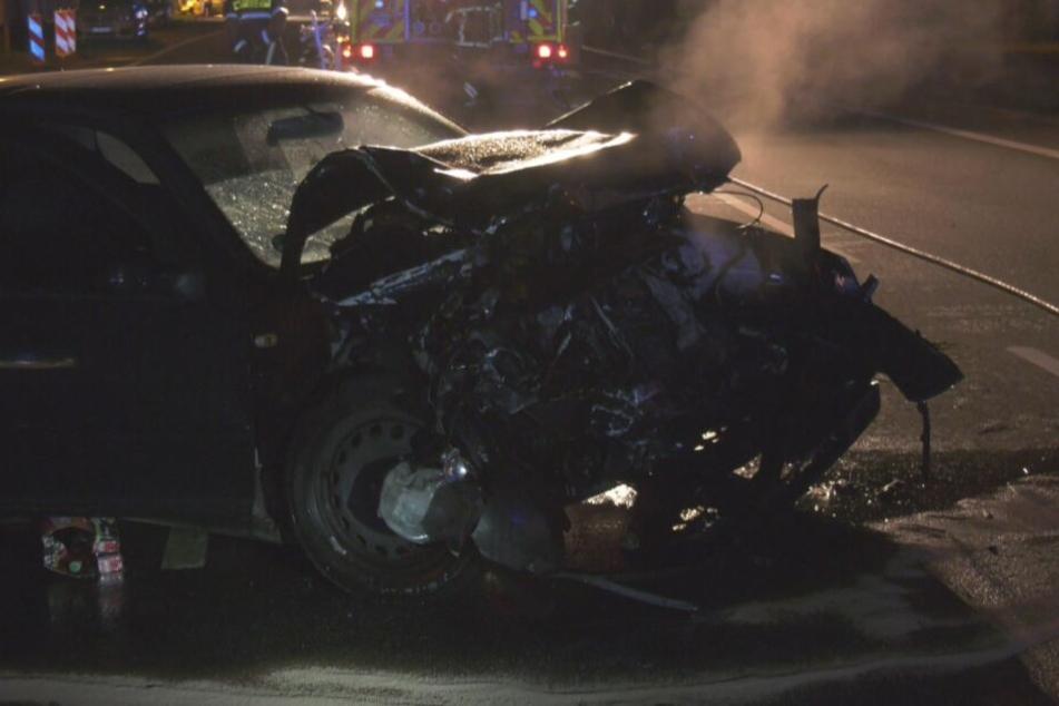 Die Motorhaube des VW dampft nach dem schweren Unfall.
