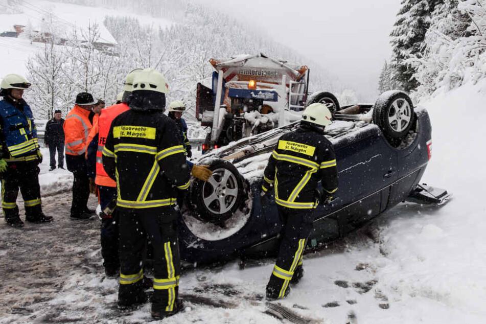 Die 25-Jährige ist auf der mit Schneematsch bedeckten Straße vermutlich zu schnell unterwegs gewesen.