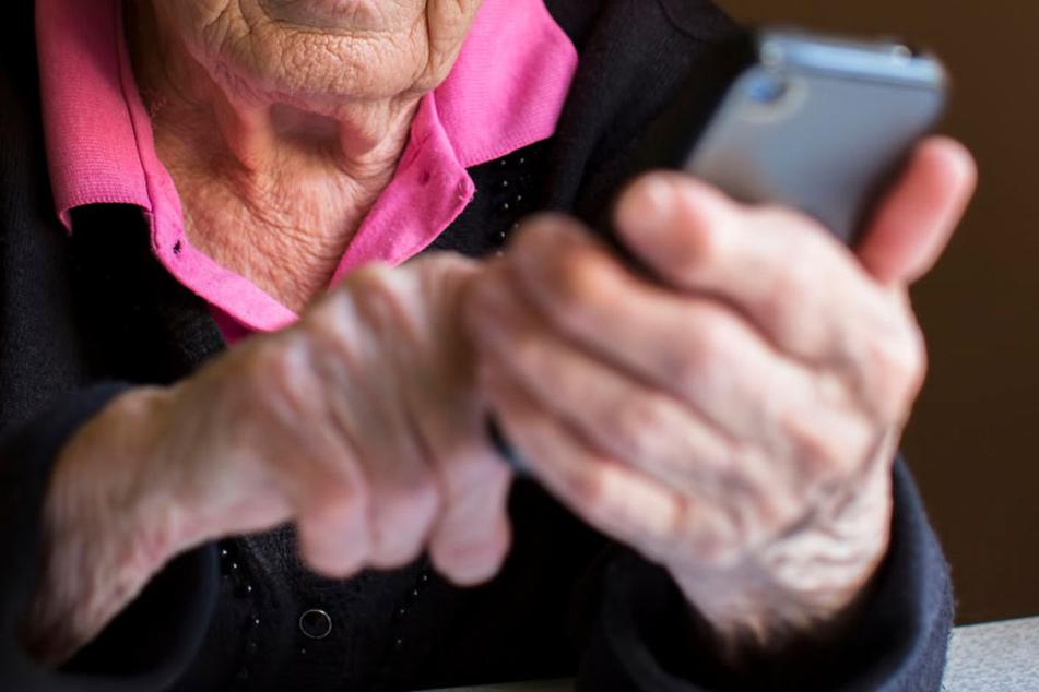 Pfiffig! 91-Jährige lockt Trickbetrüger in die Falle