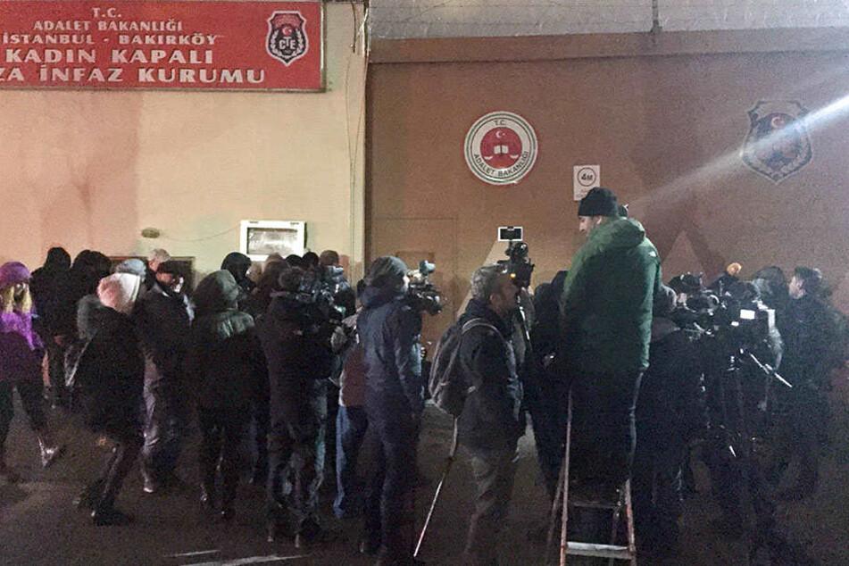 Zahlreiche Journalisten warten am 18.12.2017 vor dem Frauengefängnis im Stadtteil Bakirköy in Istanbul auf die Freilassung von Mesale Tolu.