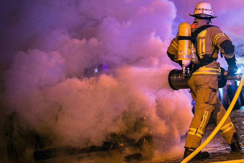 Die Feuerwehr konnte ein Übergreifen der Flammen auf die Nachbargaragen verhindern.