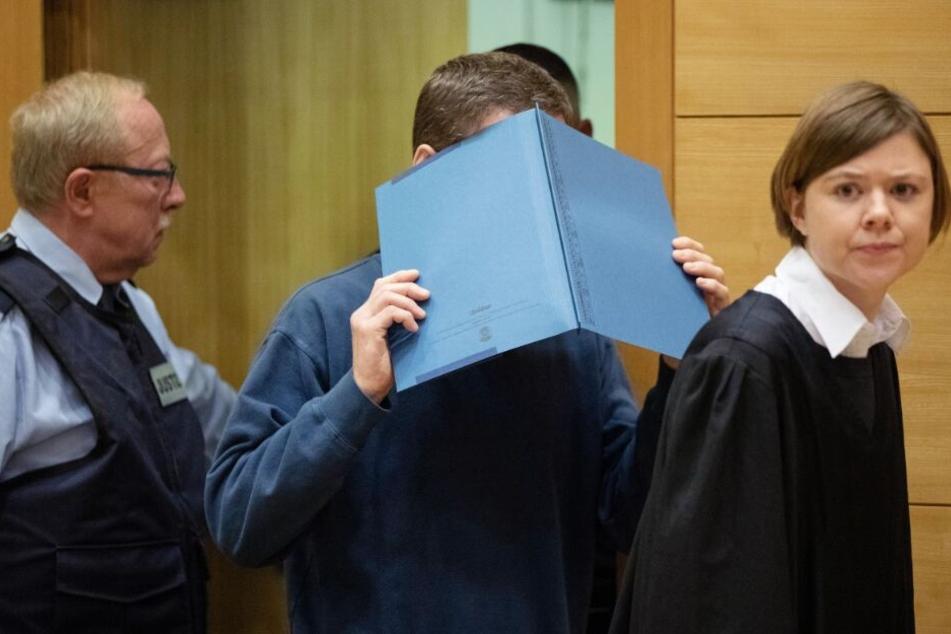 Vor Gericht verdeckte der 57-jährige Angeklagte sein Gesicht.