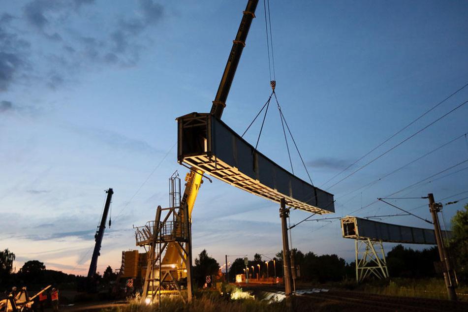 Spektakulärer Anblick: Die geschlossene Wismut-Förderbrücke wird abgerissen.