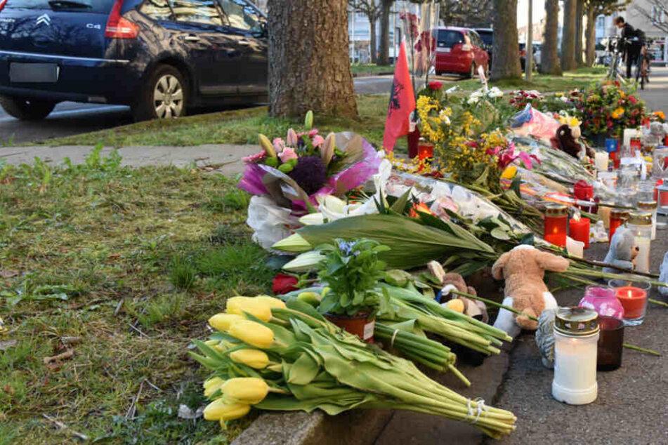 Trauernde hinterließen Blumen am Tatort.