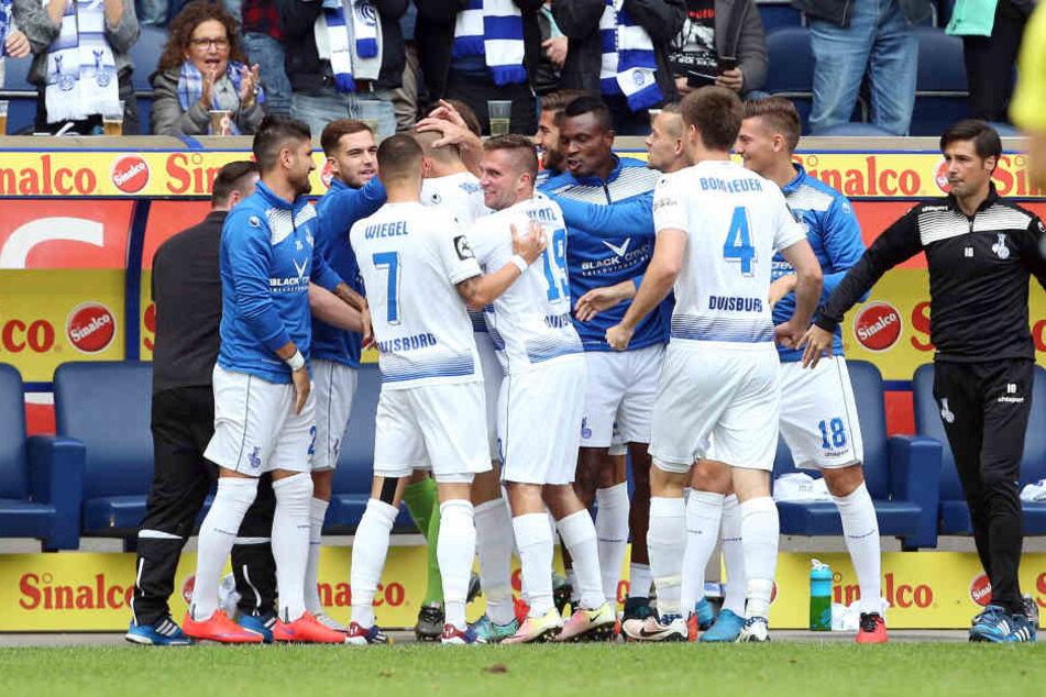 Die Duisburger feiern ihren Treffer zum 1:0.