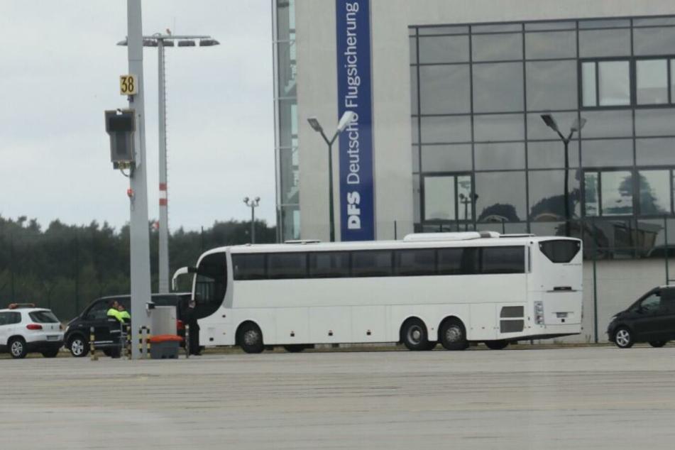 Der Bus parkt auf dem Vorfeld und erwartet die PSG-Kicker, die vom Flieger direkt in den Bus steigen werden.
