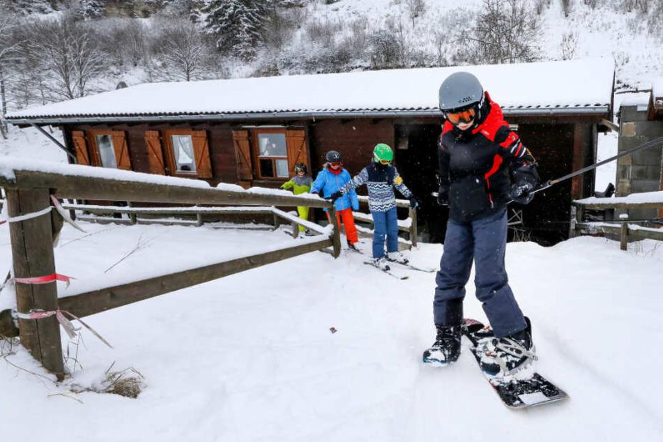 Ski- und Snowboardfahrer lassen sich am Laiernberglift auf der Schwäbischen Alb die Piste hochziehen.
