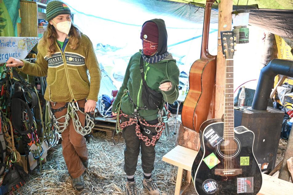 Die Klimaschützer Samuel Bosch (l., 18) und Rebeca Schuler (19) stehen in einem Zelt der Klimaschützer.