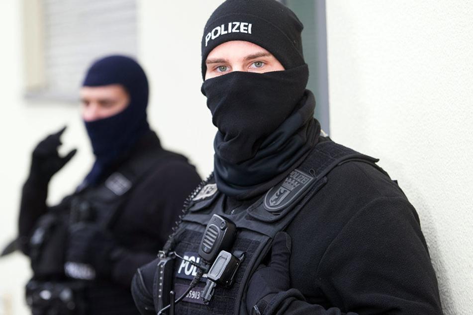 Poliziten bei einer Razzia gegen Gefährder. (Symbolbild)