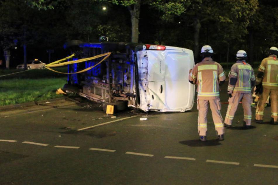 Der umgekippte Kleintransporter wurde von der Feuerwehr wieder aufgerichtet.