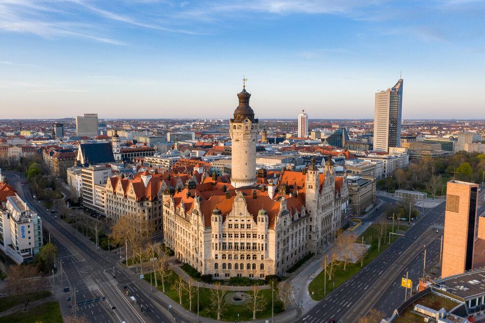 Im Leipziger Rathaus müssen Bürgerinnen und Bürger und auch Angestellte ab sofort wieder einen Mund-Nasen-Schutz tragen. (Archivbild)