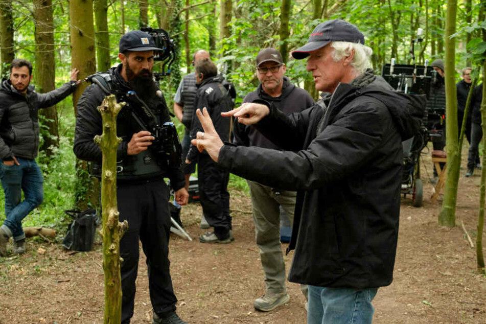 Kameramann Roger Deakins (r.) erklärt seiner Crew, wie sie vorgehen soll.