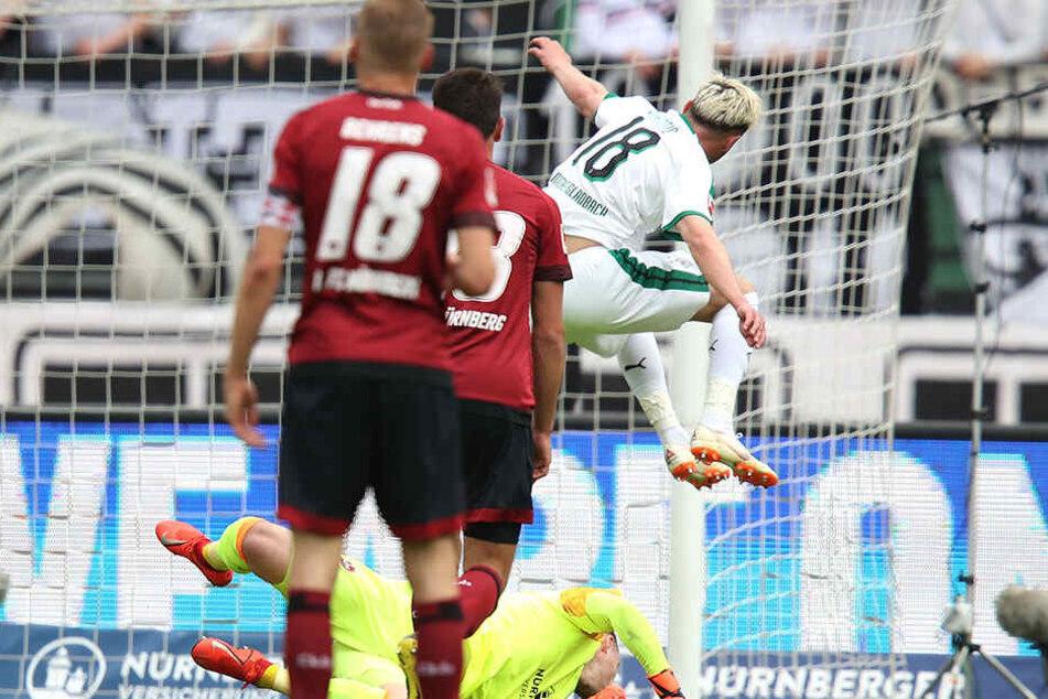 Josip Drmic überspringt die Hürde Nürnberg und trifft zum 1:0.