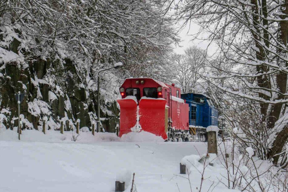 Ein Schneepflug räumt am Freitag die Gleise der Strecke Aue - Schwarzenberg.