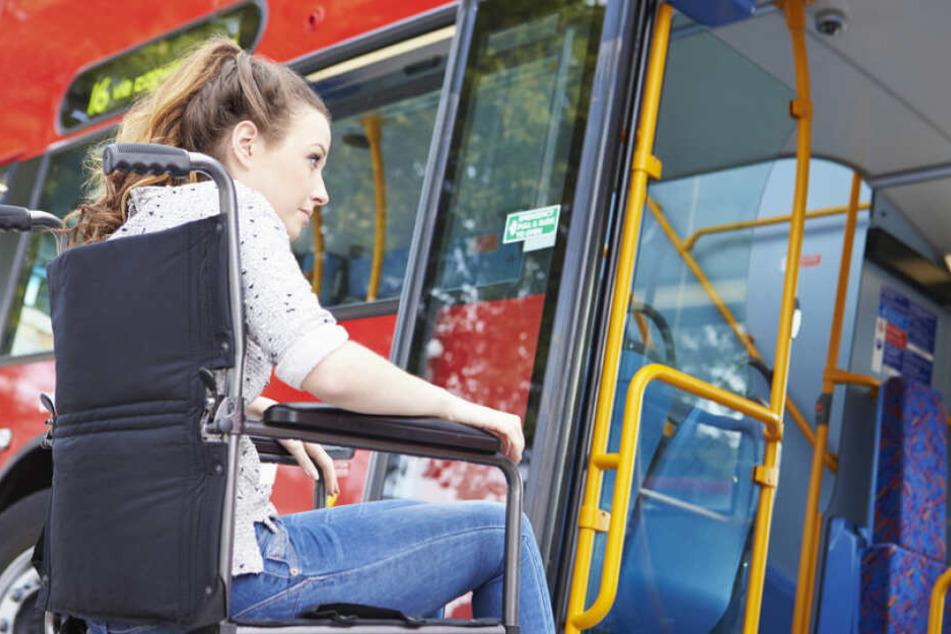 Rollstuhlfahrerin vom Bus erfasst, als sie besonders nett sein will