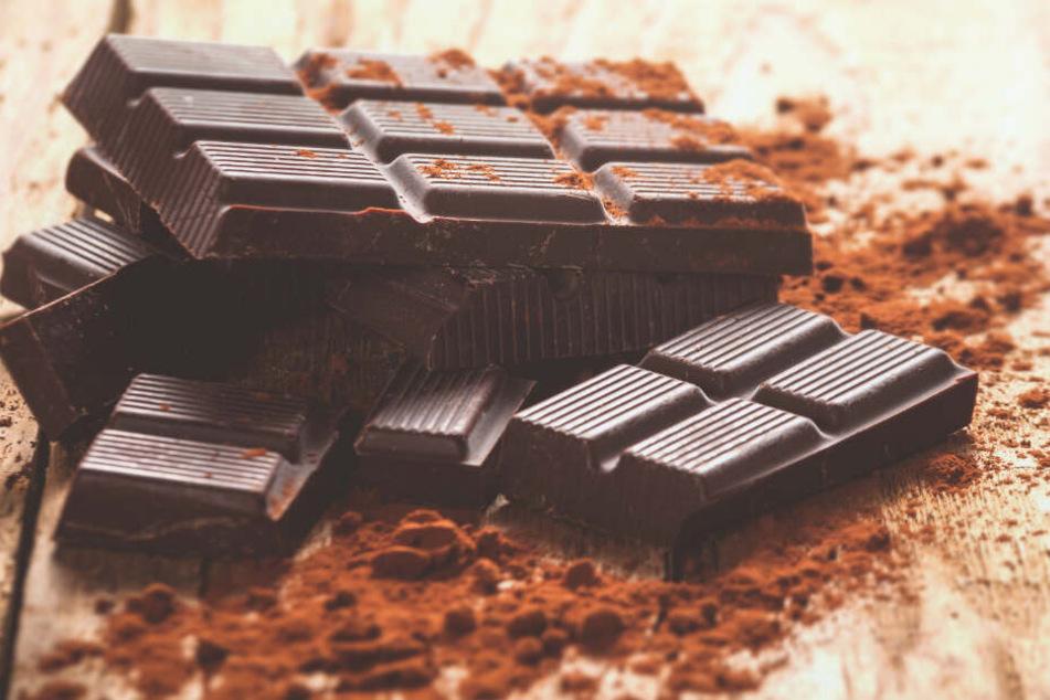 In dunkler Schokolade beträgt der Kakaoanteil oft 70 Prozent oder mehr, Milchschokolade enthält etwa 25 Prozent Kakao.