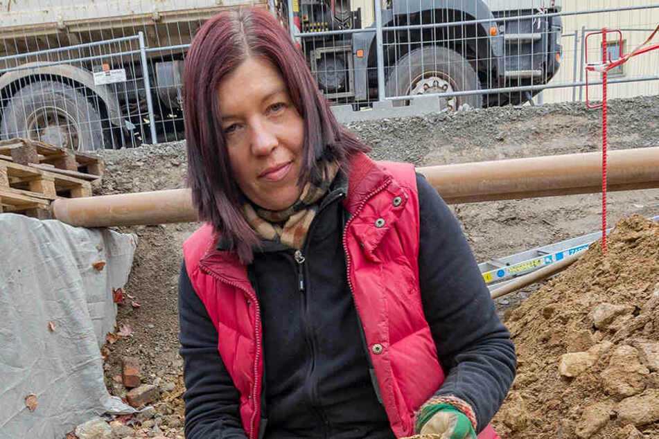 Knochengrube: Die Berliner Forscherin Bettina Jungklaus (50) zeigt Teile der  im alten Annaberger Kloster gefundenen Skelette.