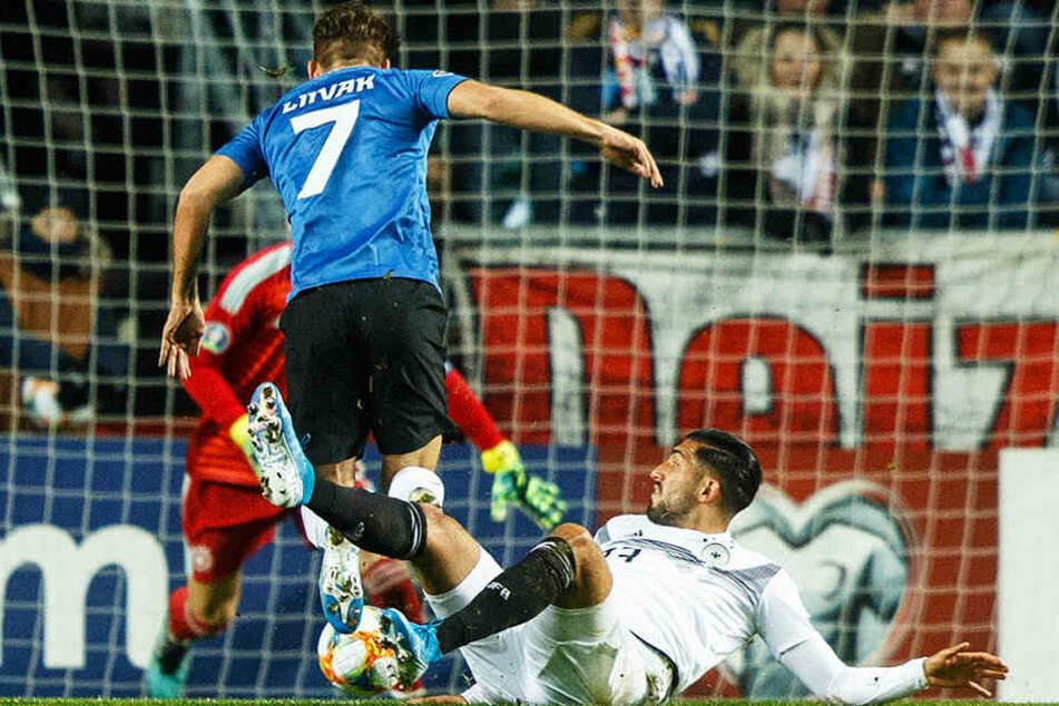 Emre Can (r.) kommt gegen Estlands Frank Liivak zu spät und kassiert den frühsten Platzverweis in der DFB-Geschichte.