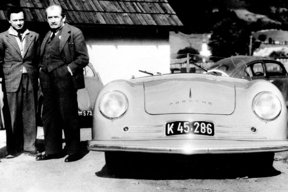 """1948: """"Ferry"""" Porsche (links) und sein Vater Ferdinand neben einem 356 Coupe."""