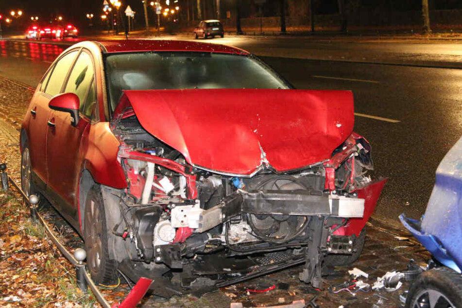 Der Mann krachte gegen ein geparktes Auto.