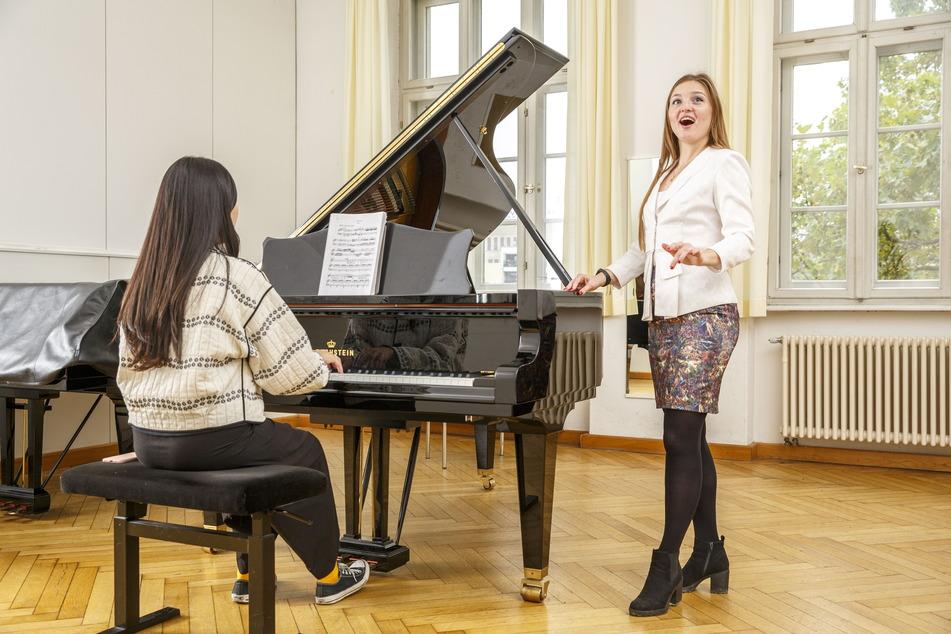 Anastasiya Taratorkina (27) vorm Konzertsaal der Musikhochschule. Hier ist sie am 25. Oktober beim Konzert der Deutschlandstipendiaten und am 5. November beim Konzert der Opern-Klasse zu hören.