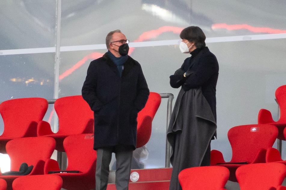 Karl-Heinz Rummenigge (64, l.), Vorstandsvorsitzender der FC Bayern München AG und Bundestrainer Jogi Löw (60) stehen auf der Tribüne der Münchner Allianz Arena.