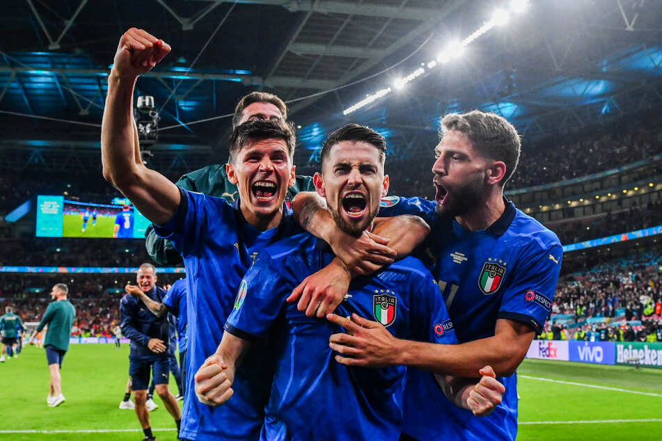 Jorginho (2.v.r.) verwandelte den entscheidenden Elfmeter für Italien und führte sein aufopferungsvoll kämpfendes Team damit ins Finale.