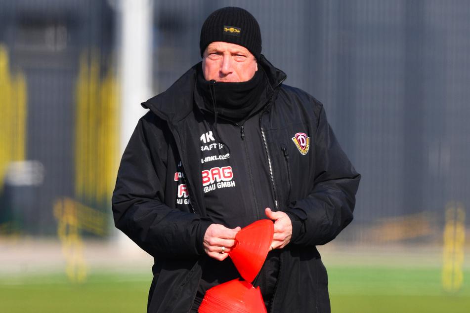 Dynamo-Coach Markus Kauczinski (51) stellt beim Training die Hütchen auf.
