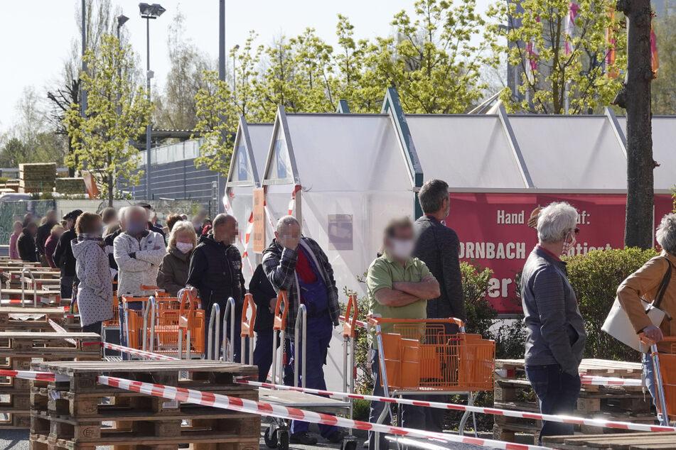 Vor dem Hornbach-Baumarkt bildete sich am Montagmorgen eine lange Schlange.
