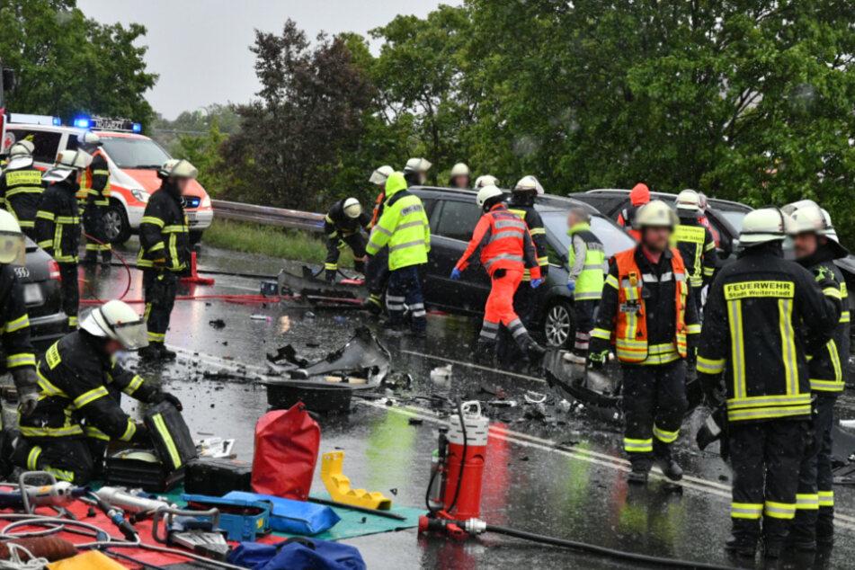 Großaufgebot an Einsatzkräften: Fahrzeuge krachen auf regennasser Straße zusammen
