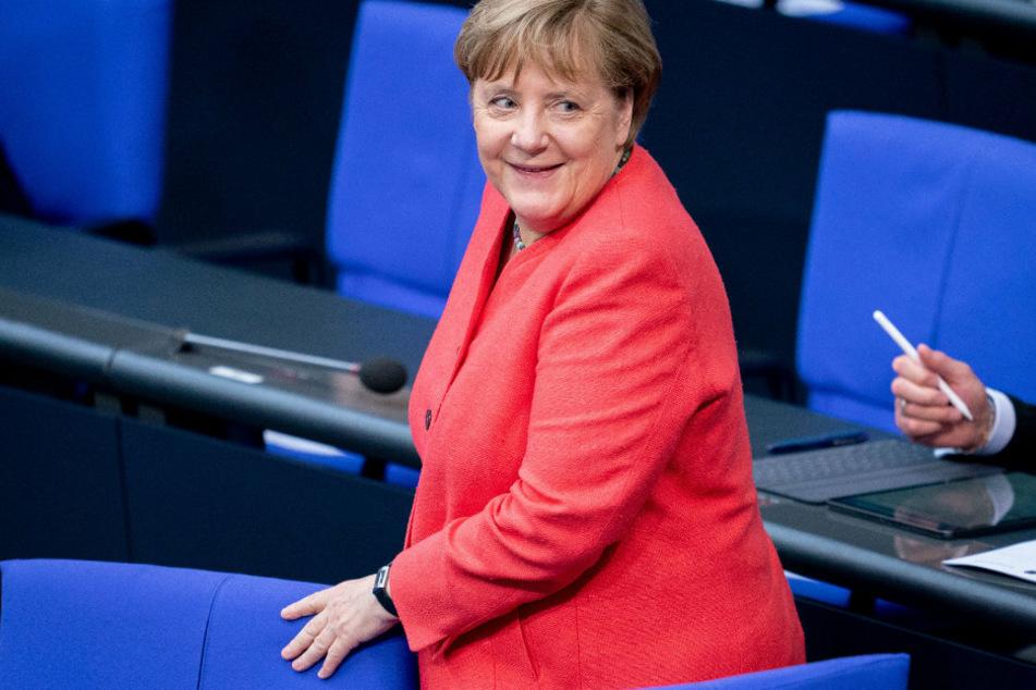 """Nach """"Mülldeponie""""-Kolumne über Polizei: Merkel bricht Lanze für Seehofer"""