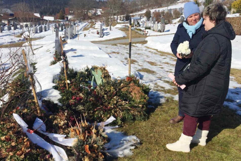 Vera Int-Veen (49) trauert gemeinsam mit Schützling Beate (34) am Grab von Mama Irene (†64).