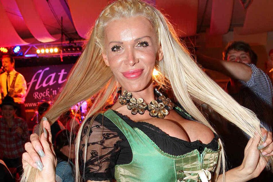 Pralles Dekolleté, wasserstoffblondes Haar: Schmeißt sich Edona James (29) so an Bert Wollersheim ran?