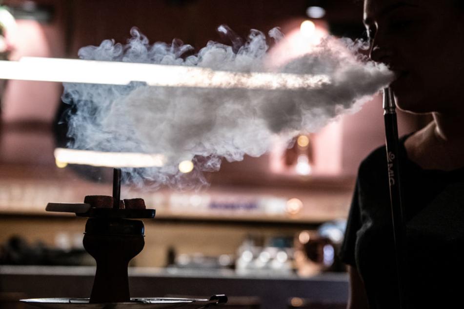 Masken-Männer stürmen Shisha-Bar: Dann kracht es gewaltig