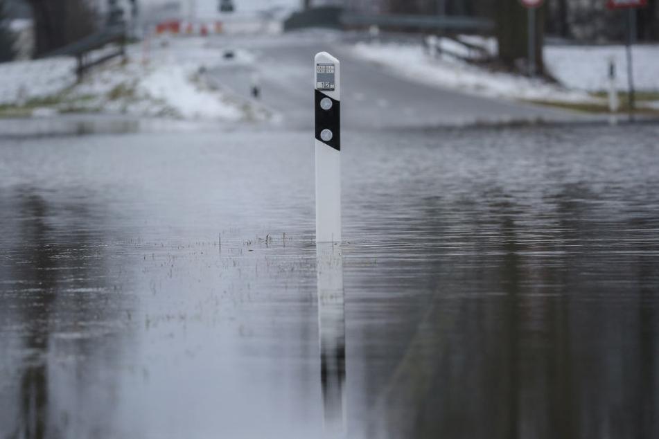 Eine überflutete Straße bei Daugendorf (Kreis Biberach).