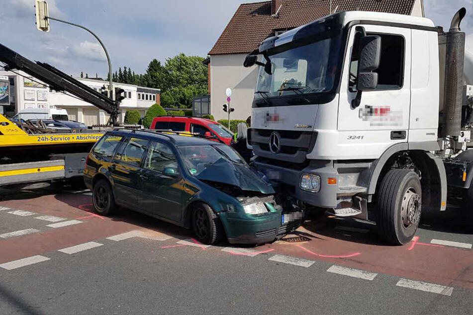Der Betonmischer-Fahrer wollte nach links abbiegen als es krachte.