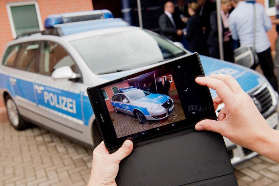 Künftig gewähren die Polizisten einen Blick in den Polizeialltag. (Symbolbild)