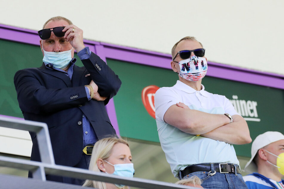 Die FCE-Bosse Helge (62, l.) und Uwe Leonhardt trauten wohl ihren Augen nicht.