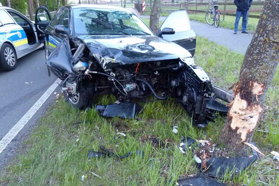 Der Audi wurde bei dem Unfall komplett zerstört und musste abgeschleppt werden.
