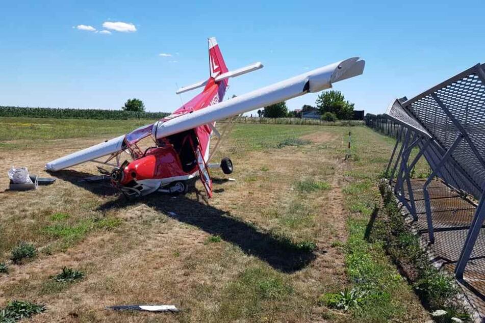 Das Ultraleichtflugzeug hatte beim Landeanflug die Umzäunung des Flugplatzes Magdeburg touchiert und war auf dem Boden aufgeschlagen.
