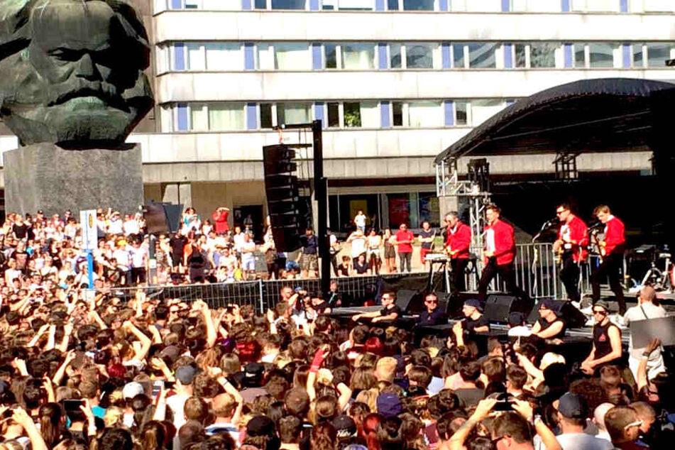Kraftklub geben Überraschungs-Konzert mitten in Chemnitz!