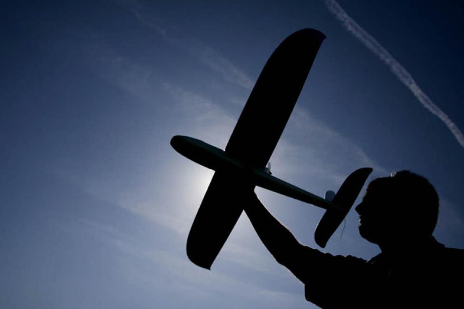 Der Modellflieger traf den Mann direkt am Kopf. Dadurch wurde er schwer verletzt. (Symbolbild)