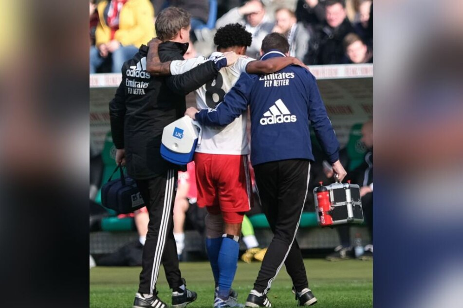 Hamburgs Jeremy Dudziak (M.) wird verletzt vom Platz gebracht.