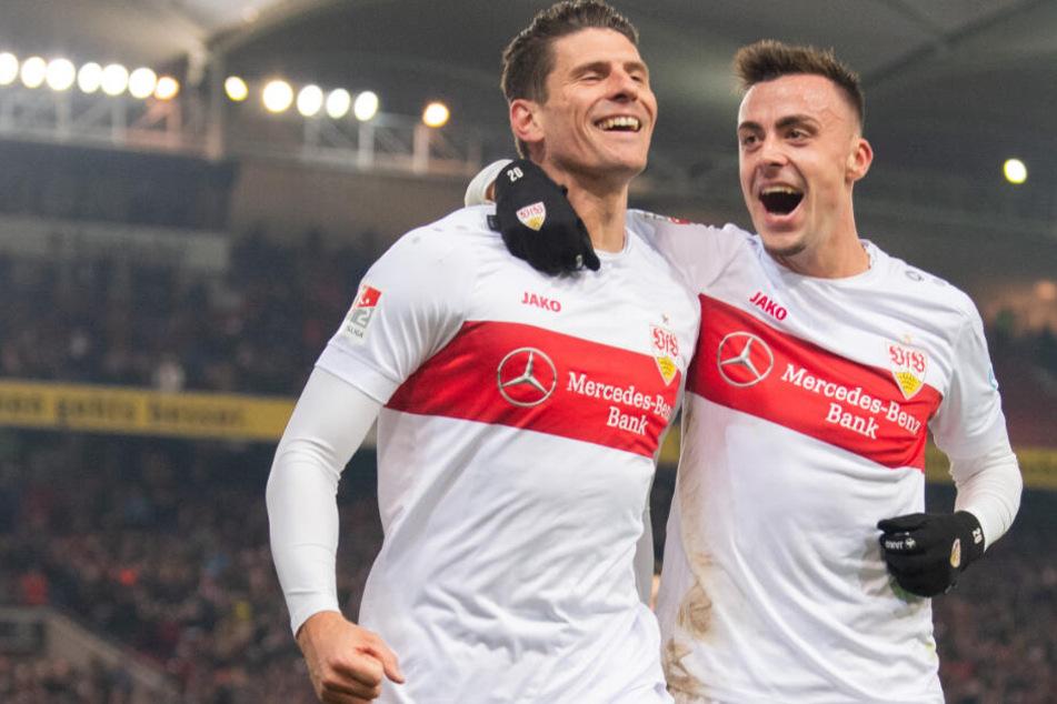 Jubel beim 3:0 für den VfB durch Mario Gomez (l.), mit ihm feiert Philipp Förster.