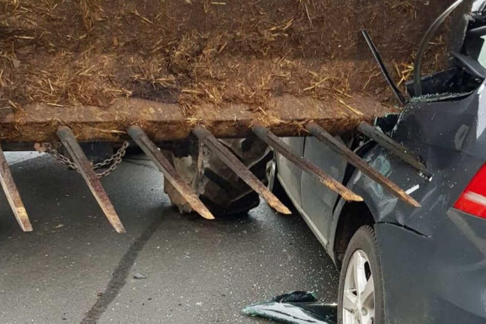 Horror-Unfall: Traktor durchbohrt mit Mistgabel Auto mit zwei Babys auf dem Rücksitz